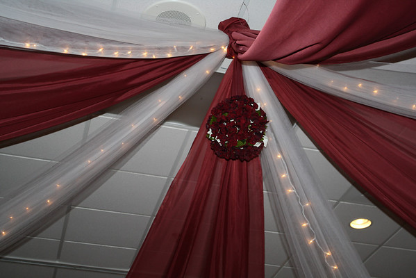 mjdecorations Burgundy and White Wedding Close up of the kissing ball in